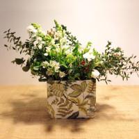 Flores de cumpleaños en bolsa decorada. Rebolledo Floristas. Santander, Cantabria