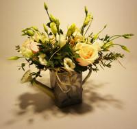Detalle de cumpleaños con regadera de cinc y rosas. Rebolledo Floristas. Santander, Cantabria