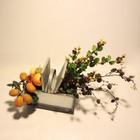 Composición con frutos en cesta de metal