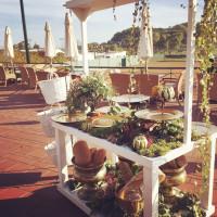 Decoración floral de aire campestre para una mesa de cóctel en una boda. Flores boda. Rebolledo Floristas.