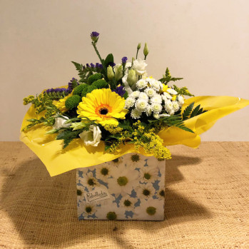 Bouquet en colores blanco y amarillo, en caja decorada. Rebolledo floristas