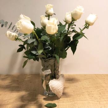 ramo de 12 rosas blancas, con adorno de corazón, en jarrón de cristal. Rebolledo floristas