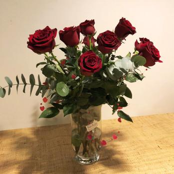 Ramo de rosas rojas con guirnalda de corazones en jarrón de cristal. Rebolledo floristas